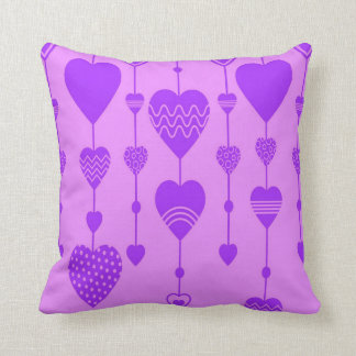 almohada de tiro de los corazones púrpuras