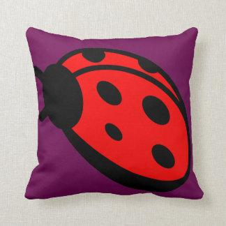 Almohada de tiro de señora Bug Maroon