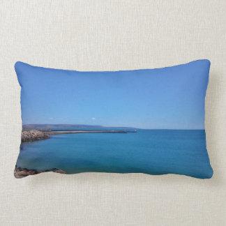 Almohada de tiro del cielo azul y del paisaje del