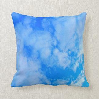 Almohada de tiro del poliéster del cielo azul,