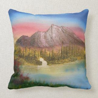 Almohada de tiro distante de la montaña