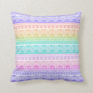 Almohada de tiro femenina del arco iris en colores