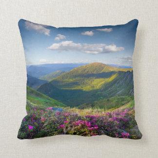 Almohada de tiro floral del paisaje de la montaña