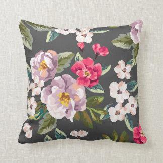 Almohada de tiro floral rosada de PurpleVintage