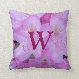 Almohada de tiro floral rosada del monograma