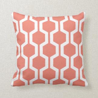 Almohada de tiro geométrica en coral