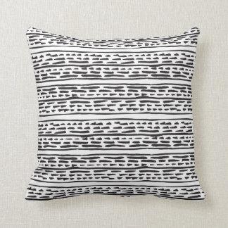 Almohada de tiro negra y blanca moderna y gráfica