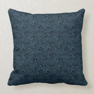 Almohada de tiro oscura floral minúscula del azul