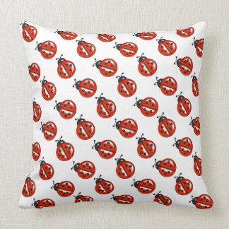 Almohada de tiro roja linda de las mariquitas