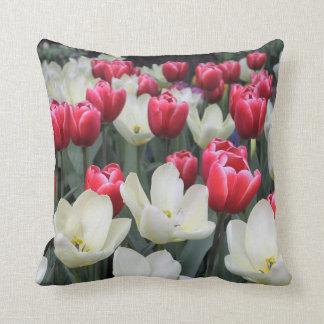 Almohada de tiro roja y blanca de los tulipanes