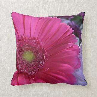 Almohada de tiro rosada de la flor de la margarita