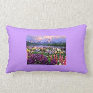 Almohada decorativa con paisaje floral hermoso