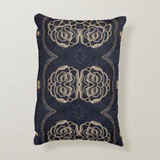 Almohada del dril de algodón con diseño ornamental