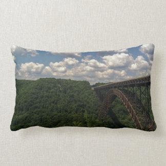Almohada del puente de garganta de nuevo río