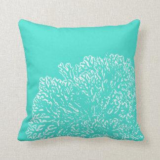 Almohada del trullo con el modelo coralino blanco