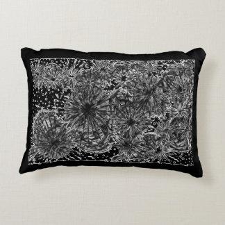 almohada diseñada blanca hermosa del negro n
