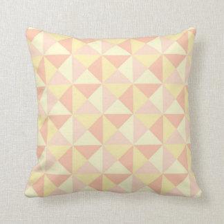 Almohada en colores pastel del amarillo del