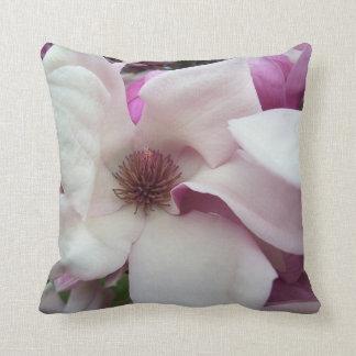 Almohada - floración de la magnolia de platillo