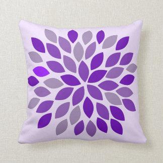 Almohada floral del crisantemo púrpura