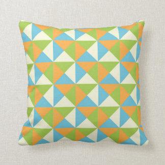 Almohada geométrica anaranjada de los triángulos