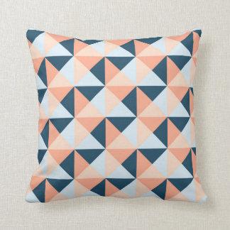 Almohada geométrica coralina de los triángulos de