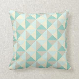 Almohada geométrica de color topo azul de los