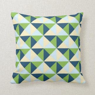 Almohada geométrica de los triángulos del azul de