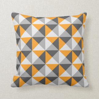 Almohada geométrica gris anaranjada de los