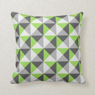 Almohada geométrica gris de los triángulos de la