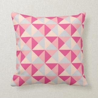 Almohada geométrica gris de los triángulos del