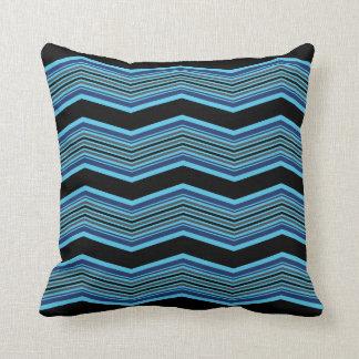 Almohada geométrica negra y azul del modelo