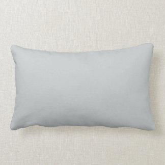 Almohada gris clara de moda del color sólido