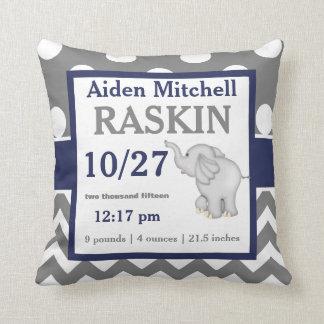 Almohada gris de la invitación del bebé del