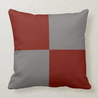 Almohada gris y rojo oscuro