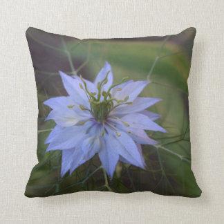 Almohada hermosa con la flor