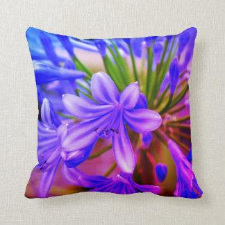 almohada interior o al aire libre del flor púrpura