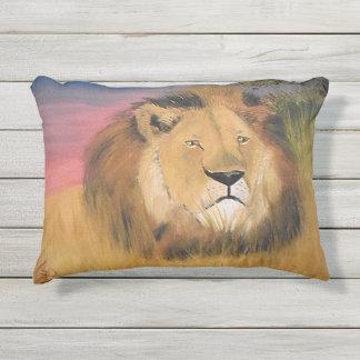 Almohada negra del león de la melena