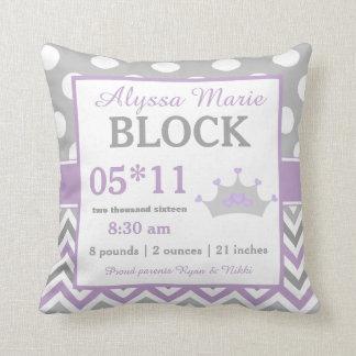 Almohada púrpura gris de la invitación del bebé de
