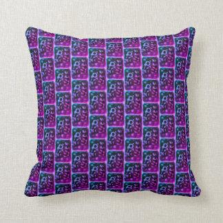 Almohada púrpura sorprendida tejada del modelo del