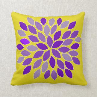 Almohada púrpura y amarilla de la flor del