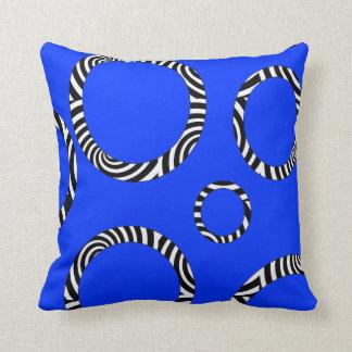 Almohada rayada azul, negra, blanca enorme de los