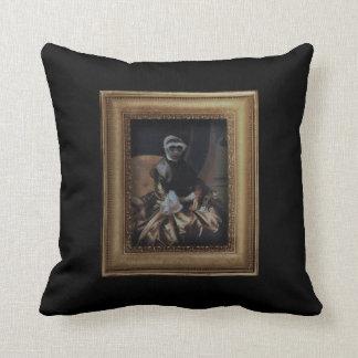 Almohada real de señora Monkey Framed Portrait
