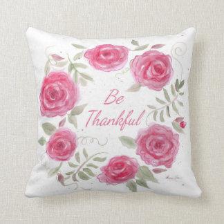 Almohada rosada de la guirnalda de los rosas con