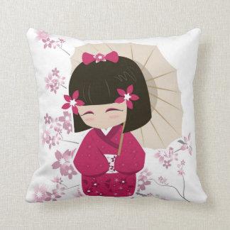 Almohada rosada de la muñeca de Kokeshi - fondo bl