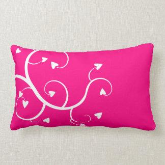 Almohada rosada de los corazones blancos