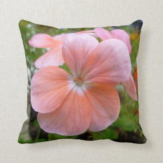 Almohada rosada hermosa del geranio