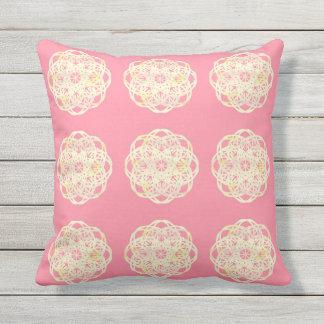 Almohada suave rosada de la flor del cordón del