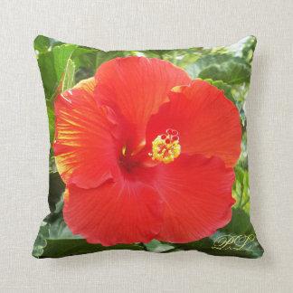 Almohada tropical hermosa del monograma de la flor