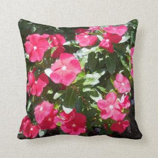 Almohadas florales lindas del bígaro rojo