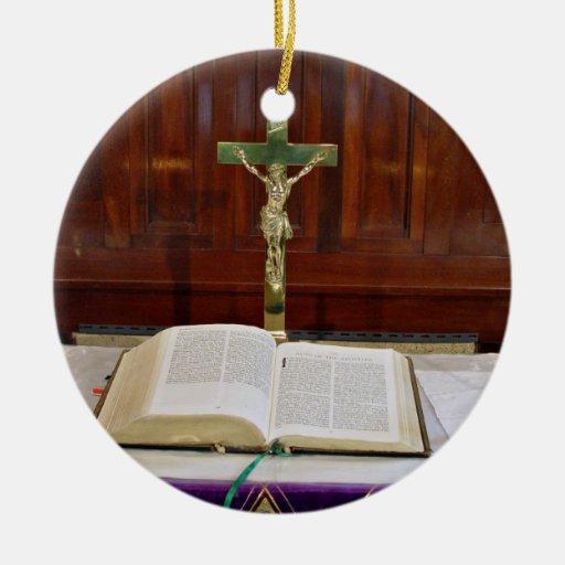 Altar religioso con la biblia, la cruz y las velas adorno de navidad